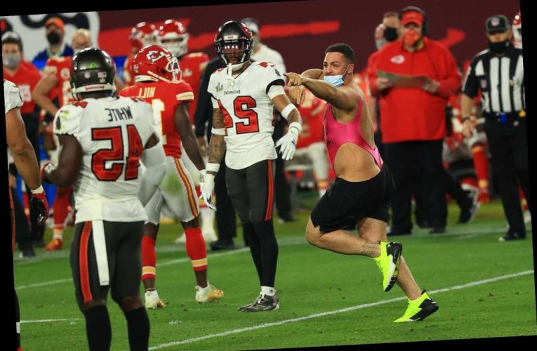 Super Bowl streaker pinned down after epic spin move