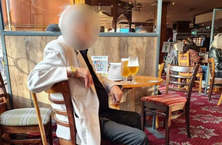Heartbreaking pic of 'old boy ignored for 15 minutes' in Wetherspoons as he didn't have app to order a pint