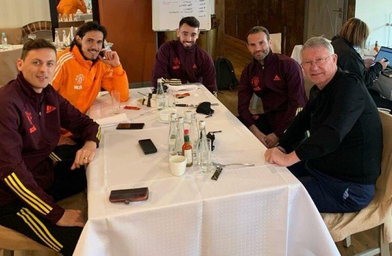 Sir Alex Ferguson gives tips to Bruno Fernandes, Edinson Cavani and Man Utd stars in Gdansk before Europa League final