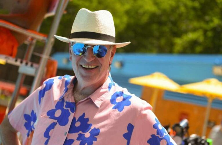 De Blasio mocked after tweet about NYC's 'bright' future while sporting colorful outfit