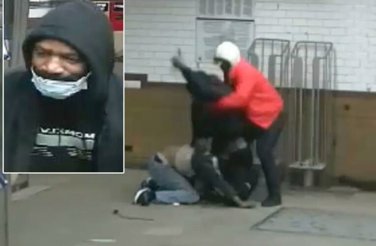 Man stabbed in back in wild NYC subway brawl: Video