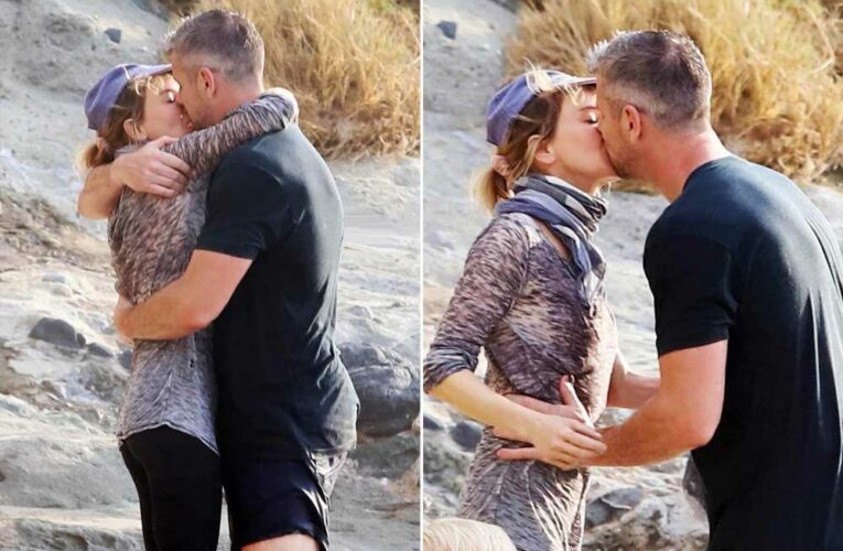 Renée Zellweger and Ant Anstead make out on the beach