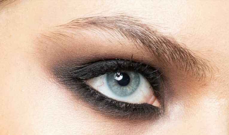 Here's How You Can Make Winged Eyes With Just Eyeshadow