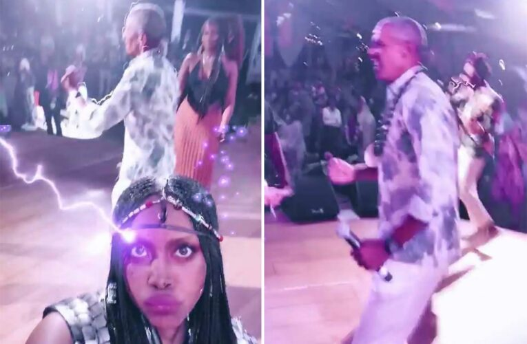 Singer Erykah Badu who leaked pics of Obama dancing at his birthday bash apologizes for being a 'terrible guest'