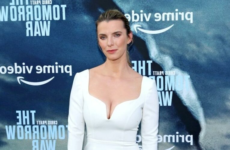 Betty Gilpin Joins 'Three Women' at Showtime