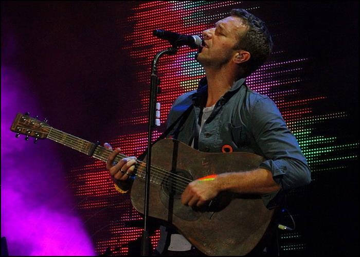 Chris Martin Hilariously Interrupted By Kelly Clarksons Son During Serenade