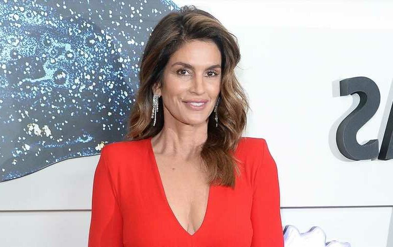 Cindy Crawford Loves This 'User-Friendly' Bronzer for a Sun-Kissed Glow