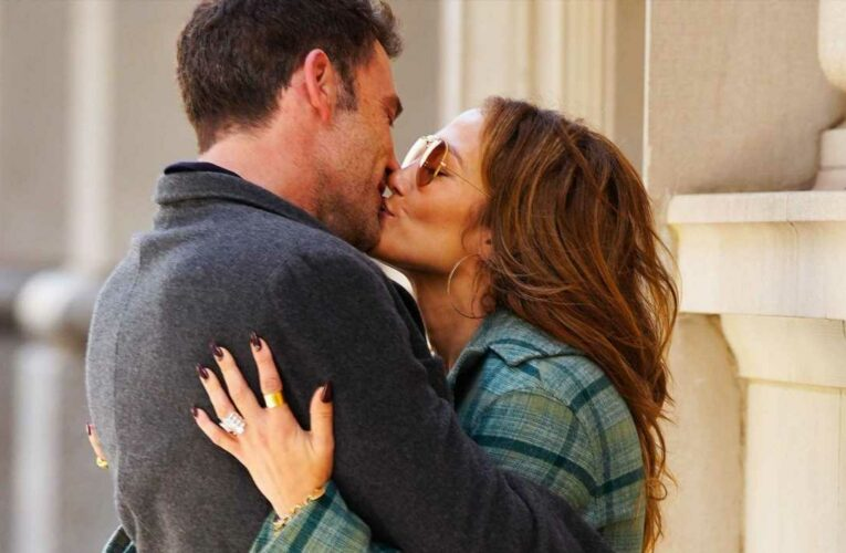 Here's Jennifer Lopez and Ben Affleck Making Out in the Streets of New York City
